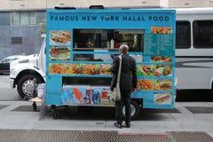 Berömd New York halal matförsäljare i midtownen Manhattan Arkivbild