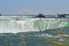Berömd Niagara nedgång på en sommardag Royaltyfria Bilder