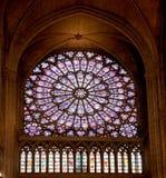 Berömd Notre Dame domkyrkamålat glass Royaltyfri Foto