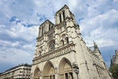 Berömd Notre Dame för värld domkyrka i Paris med dramatiska moln Arkivbilder