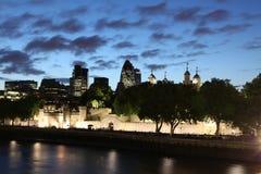 Berömd och härlig nattsikt till det London tornet och ättiksgurkan Royaltyfri Bild