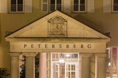 berömd petersberg hotellkoenigswinter Tyskland på natten Arkivbilder