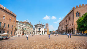 Berömd piazzadelle Erbe i Mantua, Lombardy, Italien Royaltyfria Foton