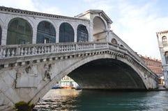 Berömd Ponte di Rialto Arkivfoto