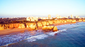 Berömd Praia da Rocha i Portimao Portugal Arkivbilder