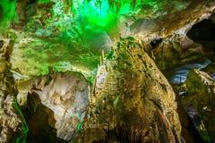Berömd prometheus-grotta nära Kutaisi med många stalaktit och stalagmit royaltyfria bilder
