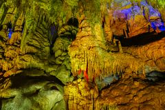 Berömd prometheus-grotta nära Kutaisi med många stalaktit och stalagmit fotografering för bildbyråer