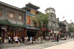 Berömd Qianmen shopping som går gatan i Peking Arkivfoton