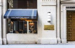Berömd restaurang i vägggata i New York Royaltyfri Foto