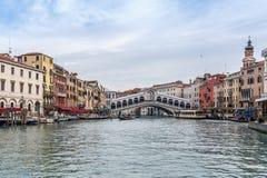 Berömd Rialto bro i Venedig arkivfoto