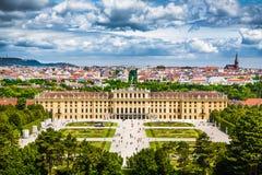 Berömd Schonbrunn slott i Wien, Österrike Royaltyfri Foto