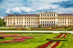 Berömd Schonbrunn slott med den stora Parterreträdgården i Wien, Österrike royaltyfria foton