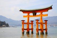 Berömd seascapesikt med Torii Royaltyfria Foton