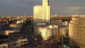 Berömd shoppa gata Kurfuerstendamm Kudamm i Berlin från över stock video