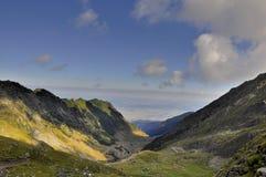 Berömd sikt för slingrig väg för Transfagarasan berg Royaltyfria Bilder