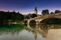 Berömd sikt på kyrka och bron på sjön Bohinj, Slovenien royaltyfri bild