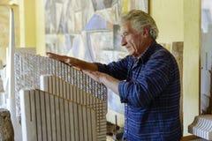 Berömd skulptör Pinuccio Sciola för italienare royaltyfri foto