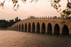 berömd solnedgång för beijing bro Arkivbilder