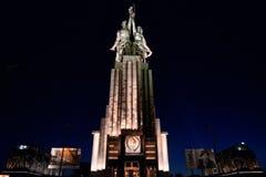 Berömd sovjetisk monumentRabochiy I Kolkhoznitsa arbetare och kolchoskvinna i Moskva på natten royaltyfri fotografi