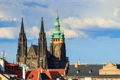 Berömd St Vitus Cathedral Prague, Tjeckien solig afton Royaltyfri Foto