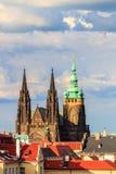 Berömd St Vitus Cathedral Prague, Tjeckien solig afton Fotografering för Bildbyråer
