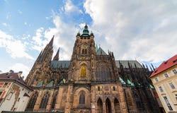 Berömd St Vitus Cathedral Prague, Tjeckien solig afton Royaltyfria Bilder