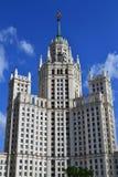 Berömd Stalin skyskrapa på den Kotelnicheskaya invallningen i Moskva, Ryssland landmark royaltyfri bild