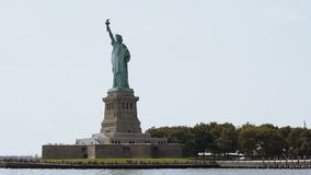 Berömd staty av den nationella monumentet för frihet på Liberty Island i New York USA på en sommardag, sikt från ett turist- fart arkivfilmer