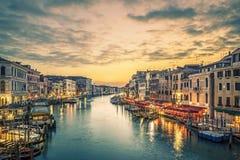 Berömd storslagen kanal från den Rialto bron royaltyfria foton