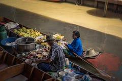 Berömd sväva marknad Damnoen Saduak i Thailand royaltyfria foton