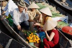 Berömd sväva marknad för folkbesök i Cai Be, Vietnam Royaltyfria Bilder