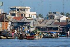 Berömd sväva marknad för folkbesök i Cai Be, Vietnam Fotografering för Bildbyråer