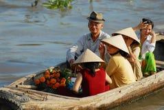 Berömd sväva marknad för folkbesök i Cai Be, Vietnam Royaltyfri Foto