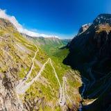 Berömd Trollstigen slingrande bergväg med klar himmel, Andalsnes, Norge fotografering för bildbyråer
