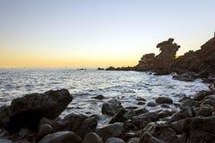 Berömd turist- dragning i den Jeju ön av Sydkorea Sikten av Yongduam som är bekant som drakehuvudet, vaggar också under solnedgån Arkivbilder