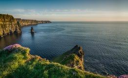 Berömd turist- dragning Irland för irländsk värld i ståndsmässiga Clare Klipporna av den Moher västkusten av Irland Episkt irländ Arkivfoton