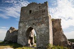 Berömd ukrainsk gränsmärke: den sceniska sommarsikten av fördärvar av forntida slott i Kremenets, Ukraina Arkivbild
