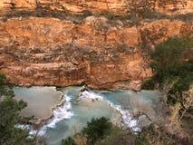 Berömd vattenfall för turkosbävernedgångar i Grand Canyon arkivfoton