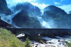 Berömd vattenfall Latefossen, Norge Arkivbild