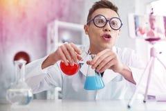 Berömd video blogger som berättar hans anhängare om kemiexperiment royaltyfri fotografi