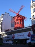 Berömd vind maler iMoulinrouge i Paris Arkivbild