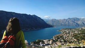 Berömd vykortsikt av fjärden av Kotor i Montenegro Turisten beundrar sikten, skott från baksidan Royaltyfria Bilder