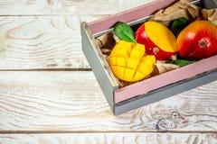 Berömda Alphonso mangoskivor i en träask, träbakgrund, bästa sikt Utrymme f?r fri kopia royaltyfri bild