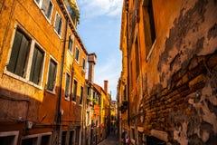 Berömda arkitektoniska monument och färgrika fasader av gammal medeltida byggnadsnärbild n Venedig, Italien Arkivbilder