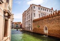 Berömda arkitektoniska monument och färgrika fasader av gammal medeltida byggnadsnärbild n Venedig, Italien Arkivfoto