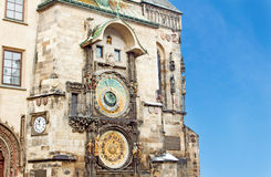 Berömda astronomical tar tid på i den gammala townen kvadrerar Royaltyfri Bild