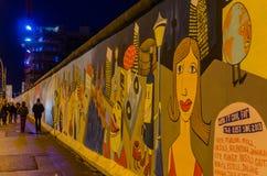 Berömda Berlin Wall i natten Royaltyfria Bilder