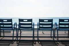 Berömda blåa stolar på Promenade des Anglais av Nice, Frankrike mot bakgrunden av det blåa havet arkivbilder