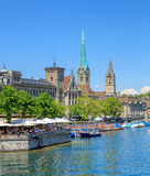 Berömda byggnader av staden av Zurich, Schweiz Royaltyfri Fotografi