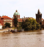 Berömda Charles Bridge och torn, Prague Royaltyfri Bild
